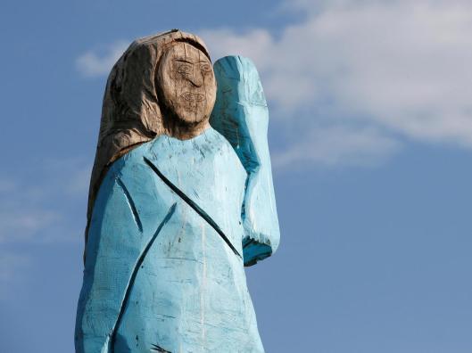 melania-statue